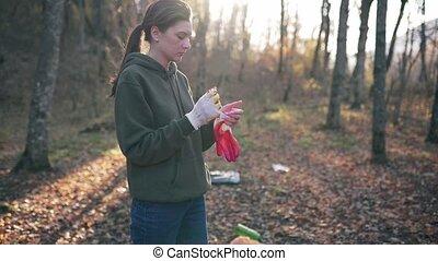 recycler, collection ordures, femme, volontaire, gants, gaspillage, forest., met, automne, débris, plastique, préparation, jeune, réserve