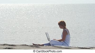 redheaded, fonctionnement, séance, ordinateur portable, girl, plage