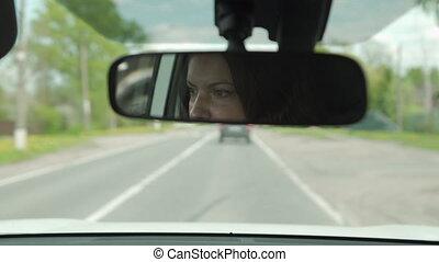 reflété, brunette, voiture, beau, conduite, vue arrière, femme, miroir, closeup