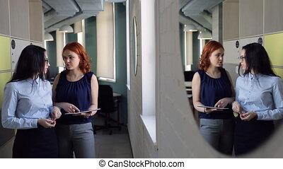 reflet, bureau., sujets, deux, miroir, discuter, intérieur, femmes