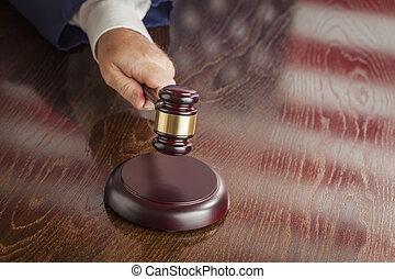 reflet, drapeau, juge, américain, slams, marteau, table