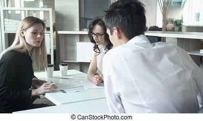 regard, bureau, employés, trois, projet, computer., table