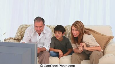 regardant télé, allumette, famille