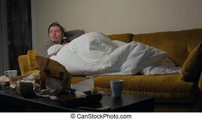 regardant télé, girl, divan