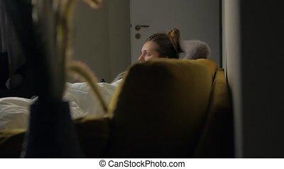 regardant télé, girl, sofa