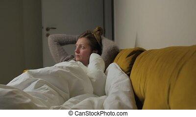 regardant télé, poser, girl, sofa