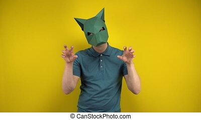 regarde, arrière-plan., homme, jeune, carton, depicts, mask., chacal, jaune, animal, polo, masque, vert, appareil photo