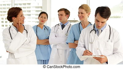 regarder, appareil photo, équipe, monde médical