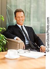 regarder, café, après, meeting., business, tasse, prendre, séance, repos, gai, quoique, appareil photo, formalwear, mûrir, premier plan, chaise, dehors, homme souriant