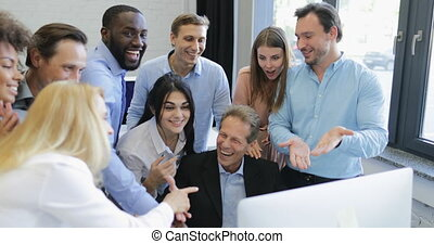 regarder, collègues, moniteur, professionnels, réussi, démarrage, résultats, patron, gai, conversation, informatique, équipe, discuter, heureux