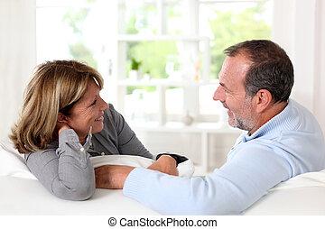 regarder, couple, autre, personne agee, chaque