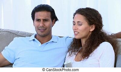 regarder, couple heureux, tv