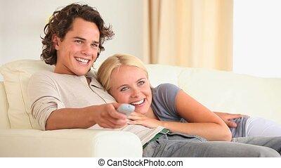 regarder, couple, mignon, tv