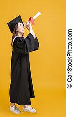 regarder, diplôme, remise de diplomes, heureux, robes, jeune femme, par