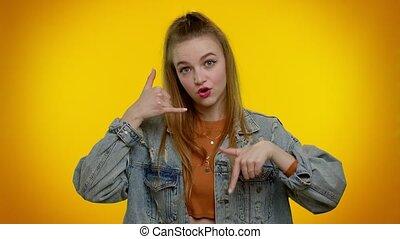 regarder, dit, hé, geste, jean, téléphone, vous, adolescent, dos, veste, appeler, appareil photo, girl, me, aimer