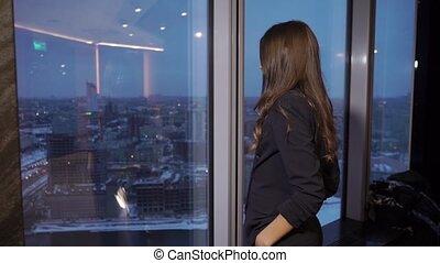 regarder, femme affaires, fenêtre, par