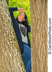 regarder, femme, arbre, haut, grimpeur