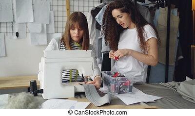 regarder, femme, box., femme, elle, quoique, simple, couture, jeune, atmosphere., machine, fonctionnement, concepteur, fils, choisir, associé, amical, points