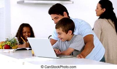 regarder, fils, père, ordinateur portable