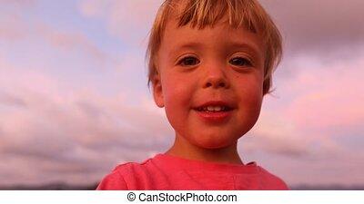 regarder, garçon, peu, appareil photo, coucher soleil