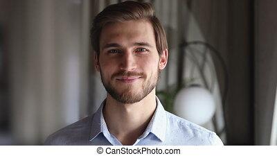 regarder, homme affaires, sourire, appareil photo, professionnel, closeup, millennial, barbu