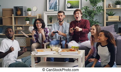 regarder, maison, hommes, jeune, quoique, jeu, fête, amusement, vidéo, amis, avoir