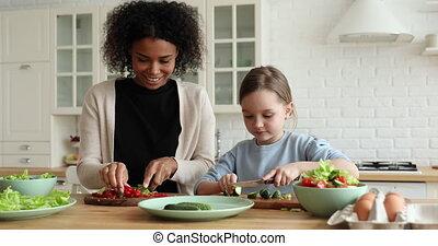regarder, maman, enfant, fille, cuisine, heureux, mélangé-race, appareil photo