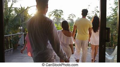regarder, marche, groupe, gens, sur, vue, dos, exotique, coucher soleil, terrasse, dehors, arrière, forêt