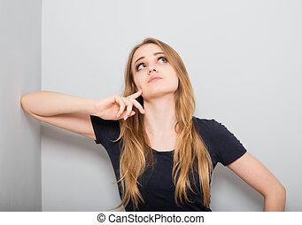 regarder, mur, neutre, grattement, head., haut, chemise, studio, isolement, gris, pensée, foire, confusion, triste, désinvolte, yeux, portrait., femme, cheveux, habillement, blonds
