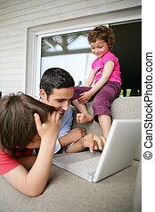 regarder, ordinateur portable, jeune famille