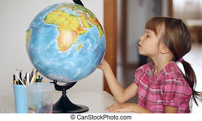regarder, petite fille, globe