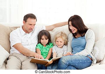 regarder, photo, famille, heureux