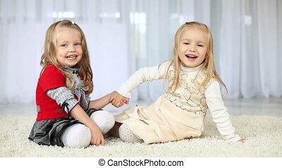 regarder, soeurs, appareil photo, deux, heureux