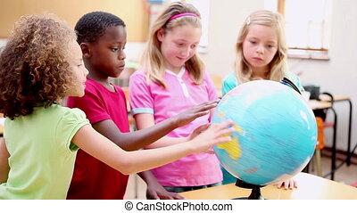 regarder, sourire, globe, élèves