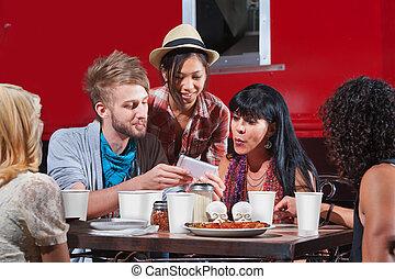 regarder, téléphone, amis, manger