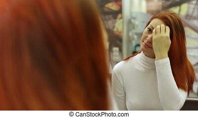 regarder, touchers, femme, elle, cheveux, miroir