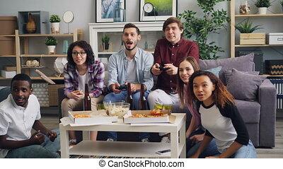 regarder, types, jeu, gai, quoique, vidéo, rire, maison, amis, jouer