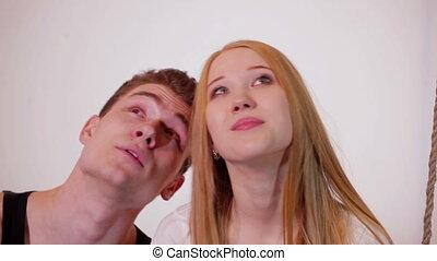 relâcher, couple, jeune, séduisant, balançoire, heureux