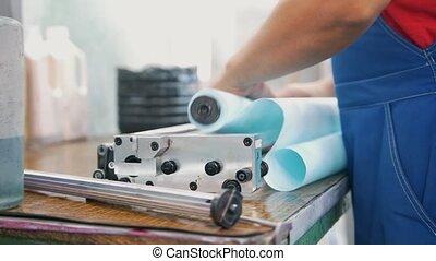remplit, ouvrier, typographie, papier, mains, rouleau