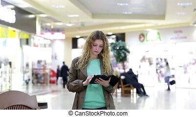 rencontre, achats femme, tablette, jeune, centre commercial, type