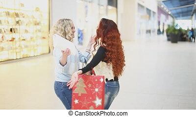 rencontrer, centre commercial, embrasser, deux femmes