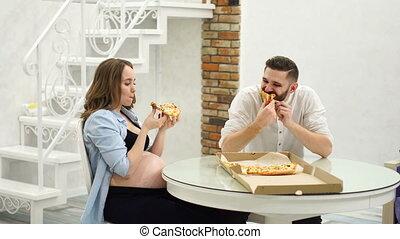repas, femme mange, pregnant, affamé, graisse, élevé, leur, kitchen., maison, homme pizza