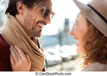 reposer, couple, deux âges, sourire, ville