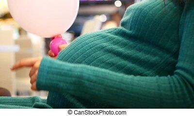 reposer, femme, elle, pregnant, sofa, caresser, séance, jeune, divan, toucher, tummy., ventre, home., décontracté, heureux