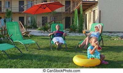 reposer, loungers, touriste, famille, secteur, soleil, hôtel, petit, patio