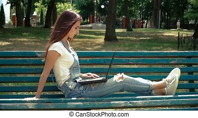 reposer, ordinateur portable, parc, jeune, banc, regarder, girl