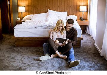 reposer, surfer, séance, couple, amour, plancher, heureux, amusement, avoir, internet, jeune