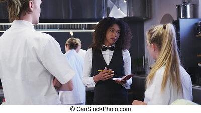 restaurant, américain, donner, africaine, directeur, cuisine, caucasien, cuisinier, instructions, femme