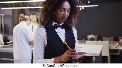 restaurant, cuisine, regarder, américain, africaine, directeur, appareil photo, femme