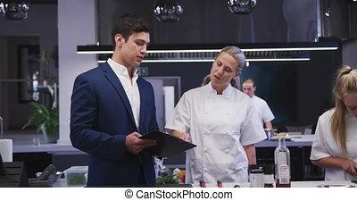 restaurant, cuisinier, donner, directeur, caucasien, instruire, conversation, cuisine, femme, mâle